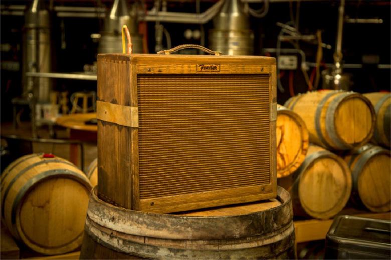 fender-80-proof-blues-junior-amplifier-tonneau-whisky-01