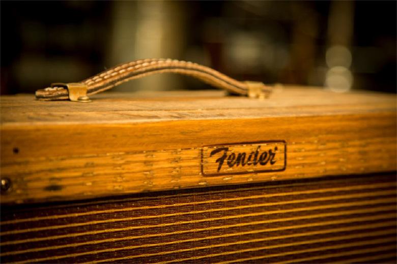 fender-80-proof-blues-junior-amplifier-tonneau-whisky-02