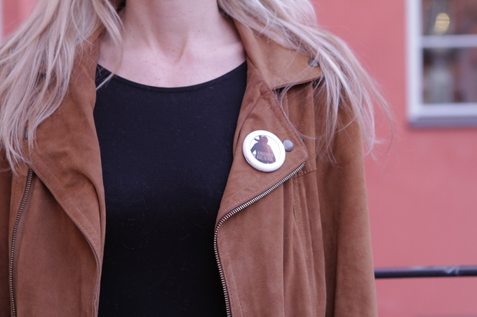 pins collective badge avec ecran gif animes 01