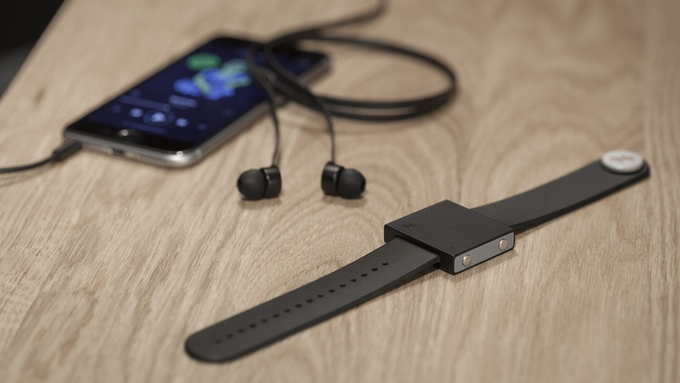 bracelet-connecte-the-basslet-vibrations-musique-jeux-video-01