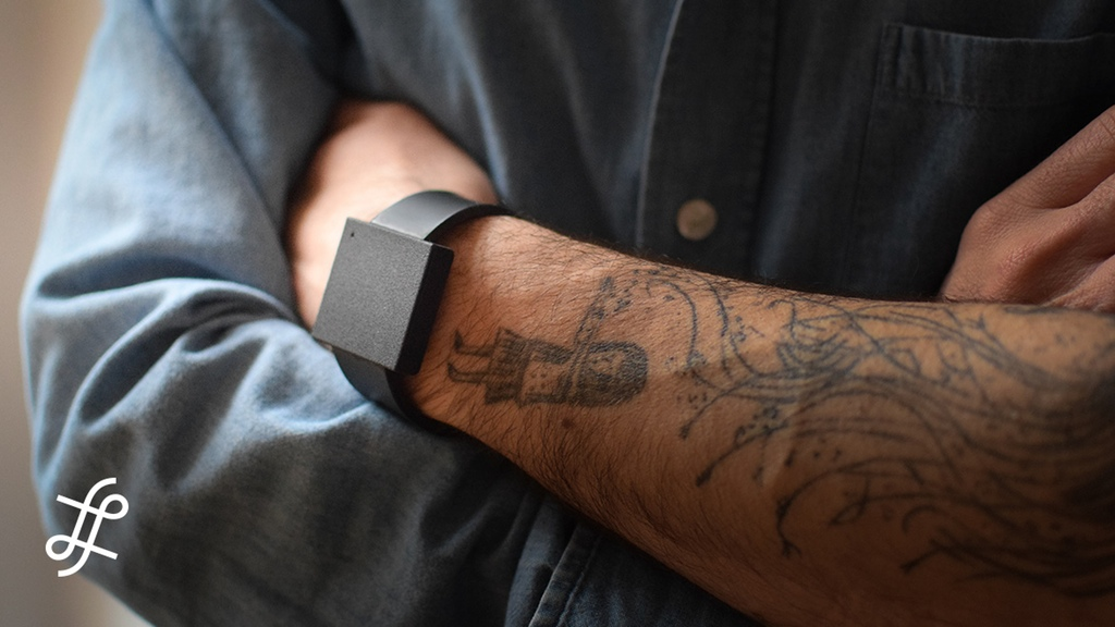 bracelet-connecte-the-basslet-vibrations-musique-jeux-video-home