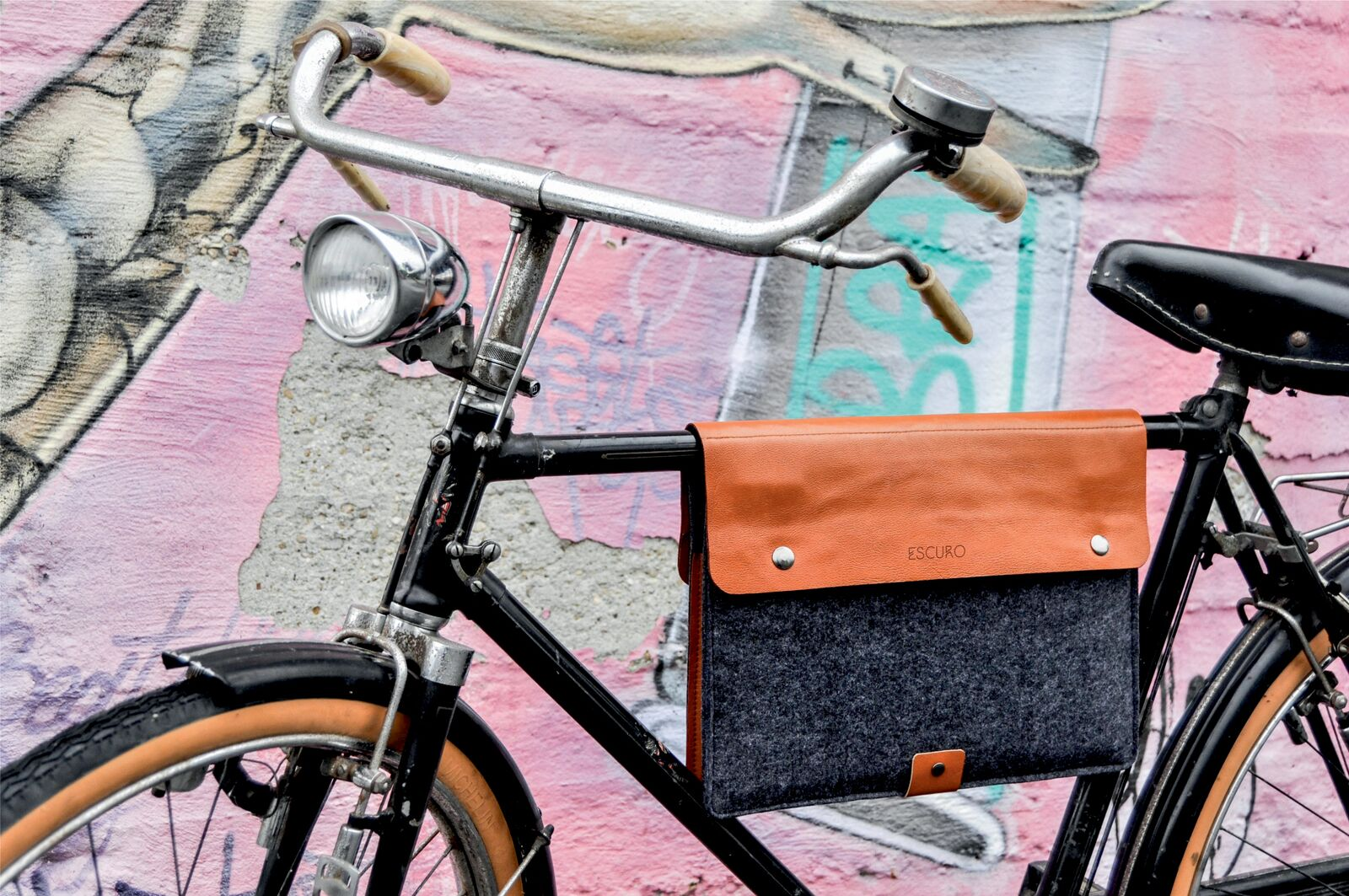 70882ad746 Escuro : la sacoche pour transporter son ordinateur à vélo ...
